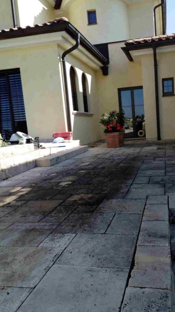 Travertin Terrasse schwarze Flecken