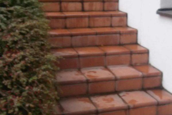 Terracotta Treppe verschmutzt
