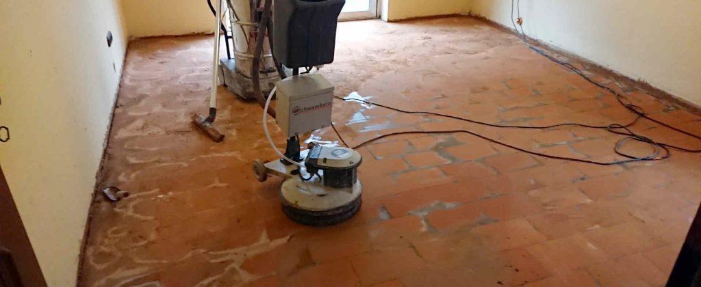 Teppichkleber wird entfernt